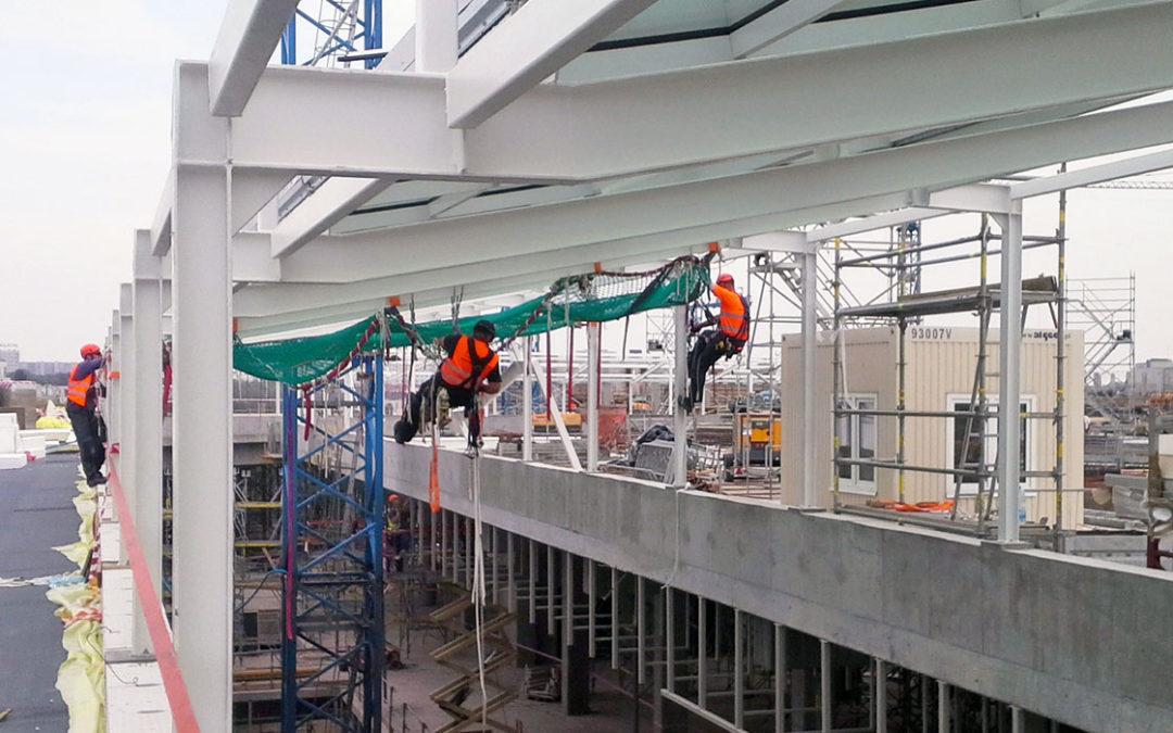 Siatki asekuracyjne z polipropylenu: najskuteczniejsze środki ochrony zbiorowej na budowie