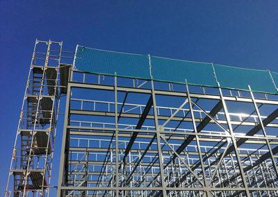 siatki zabezpieczające pionowe na budowie